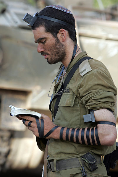 399px-IDF_soldier_put_on_tefillin